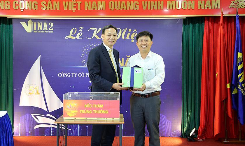 Ông Nguyễn Văn Chính - Phó TGĐ trao tặng món quà kỷ niệm những ngày đầu thành lập