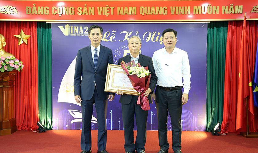 Trao huy hiệu 40 năm tuổi Đảng cho Đ/c Lê Duy Mấn