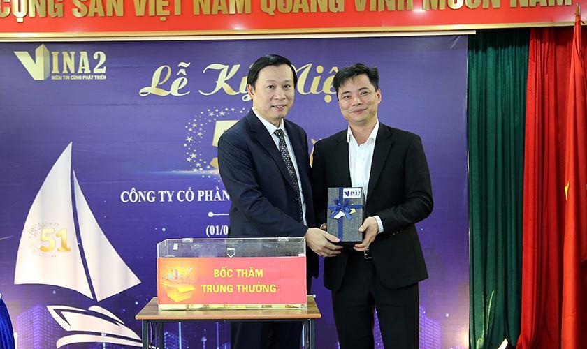 Ông Nguyễn Đăng Gô Ganh - Phó TGĐ trao tặng món quà gắn với giai đoạn chuyển đổi mô hình hoạt động
