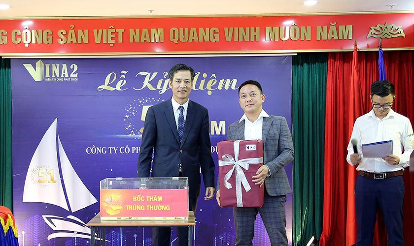 Ông Nguyễn Việt Cường - TGĐ trao tặng món quà gắn với giai đoạn phát triển và mở rộng