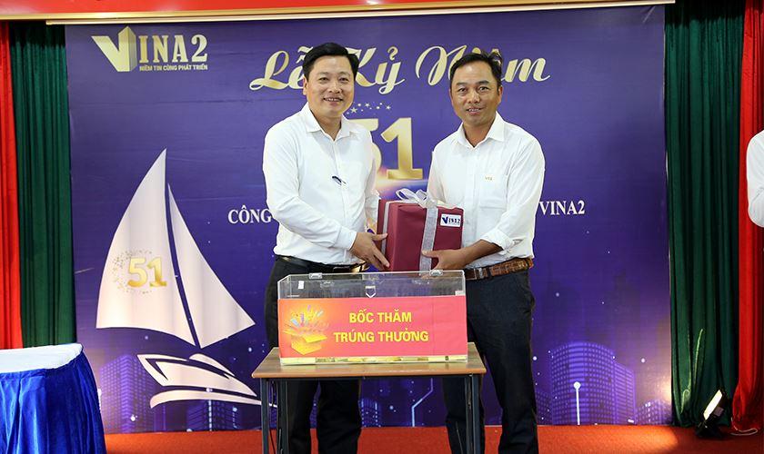 Ông Đỗ Trọng Huân - Phó TGĐ trao tặng món quà gắn với giai đoạn sát nhập TCT
