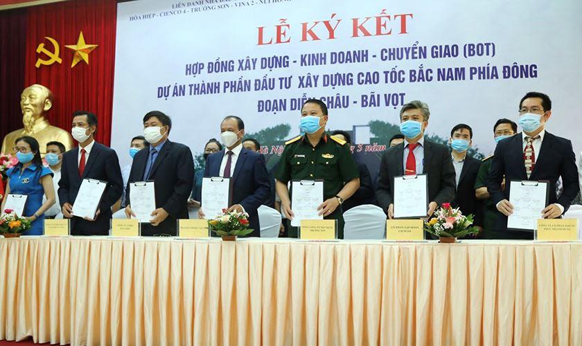 Thứ trưởng Nguyễn Nhật cùng các doanh nghiệp dự án ký kết Hợp đồng