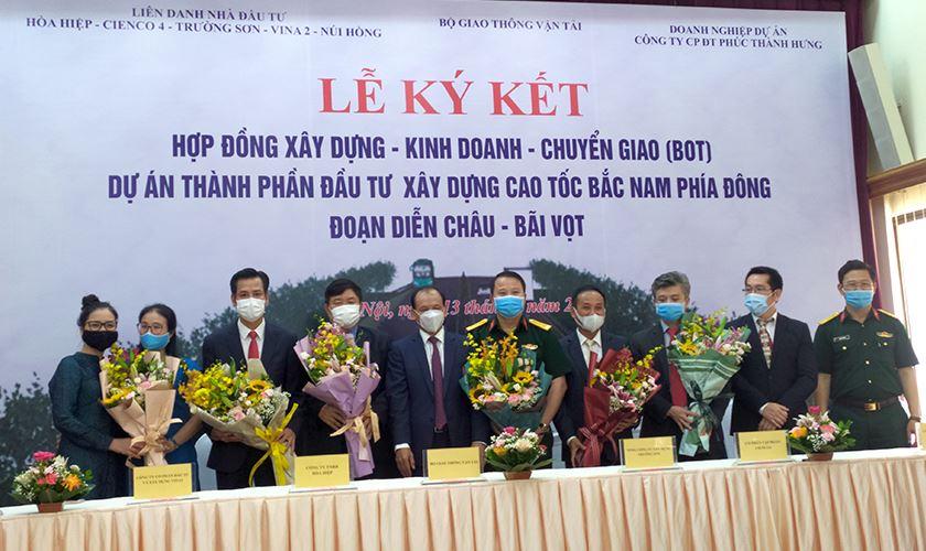 Thứ trưởng Nguyễn Nhật tặng hoa và chụp ảnh lưu niệm cùng doanh nghiệp dự án