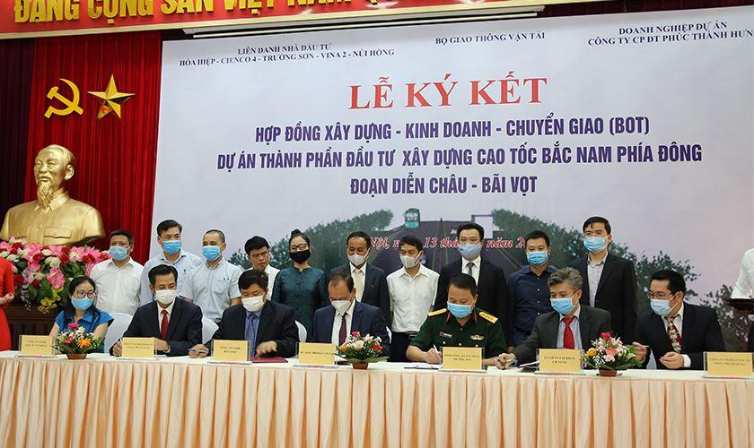Thứ trưởng Nguyễn Nhật, đại diện các nhà đầu tư dự án, doanh nghiệp dự án thực hiện ký kết Hợp đồng BOT Dự án đầu tư xây dựng đoạn Diễn Châu – Bãi Vọt