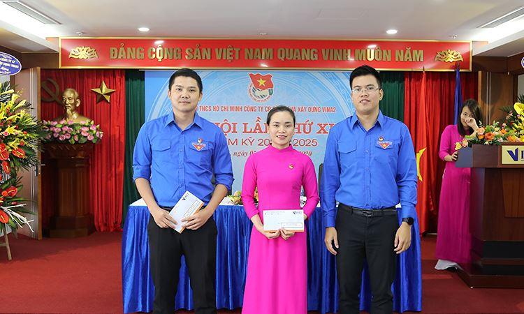 Đ/c Đỗ Xuân Cường tặng quà tri ân các đoàn viên tiêu biểu nhiệm kỳ 2015 - 2020
