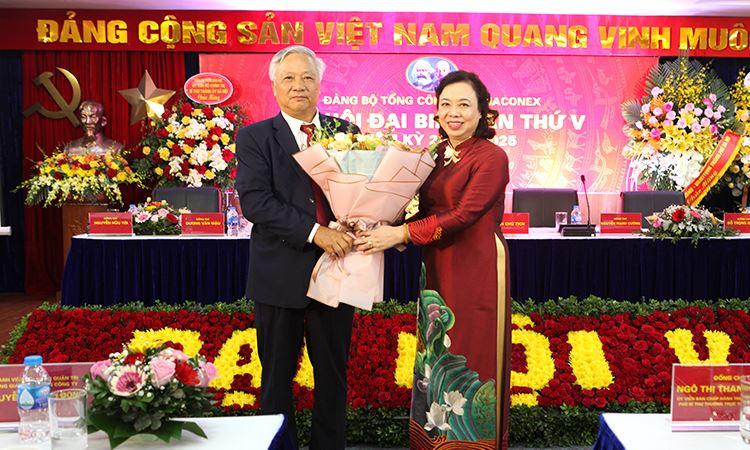 Đ/c Ngô Thị Thanh Hằng - Phó bí thư thường trực thành ủy Hà Nội tặng hoa chúc mừng Đ/c Đào Ngọc Thanh bí thư khóa 2020 - 2025