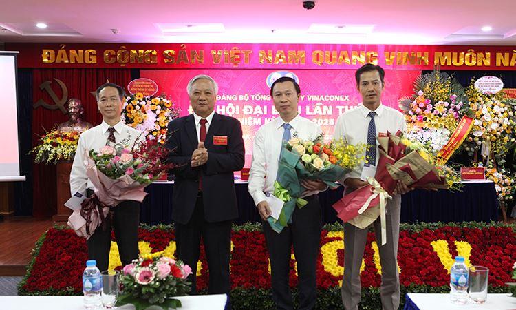 Đ/c Đào Ngọc Thanh - Bí thư Đảng ủy tặng hoa tri ân các Đ/c trong BCH khóa IV