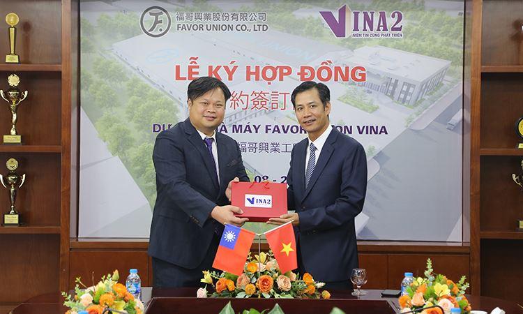 Ông Nguyễn Việt Cường - TGĐ VINA2 tặng quà lưu niệm ông Liu, Cheng - Shuo - TGĐ Favor Union Vina
