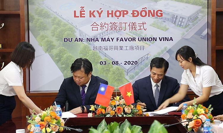 Ông Nguyễn Việt Cường và Ông Liu, Cheng - Shuo đại diện chủ đầu tư và nhà thầu, ký HĐ thi công xây dựng nhà máy Favor Union Vina