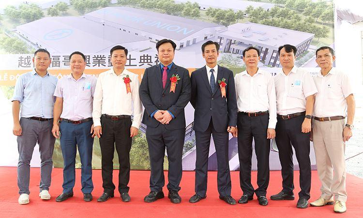 Ban lãnh đạo VINA2 chụp ảnh lưu niệm cùng chủ đầu tư
