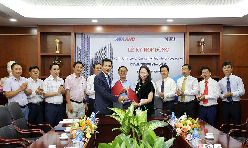 Ông Nguyễn Việt Cường - TGĐ VINA2 và bà Lâm Thị Thúy - TGĐ MBLand ký HĐ
